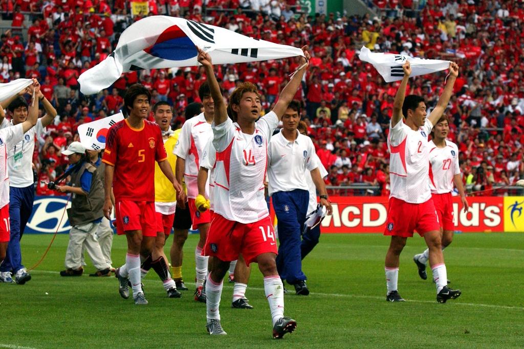 Vi sao bong da Han Quoc gay ra tai tieng o World Cup 2002? hinh anh 1 hanquocworldcup2002.jpeg