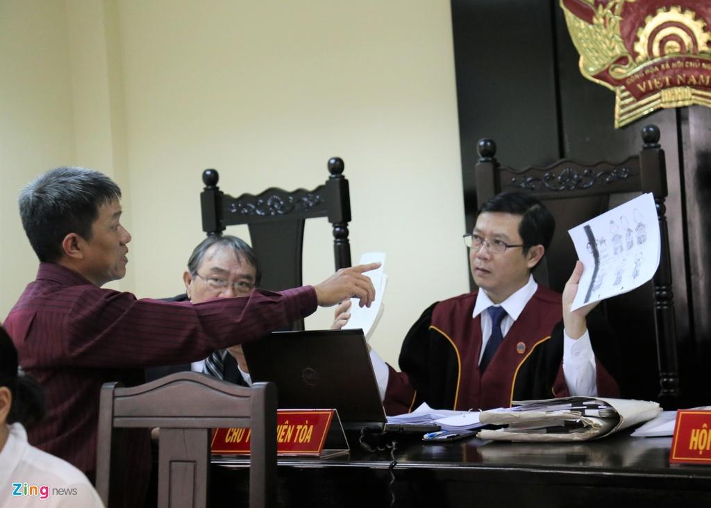 Hoa si Le Linh bat khoc tai phien toa Than dong dat Viet hinh anh 2