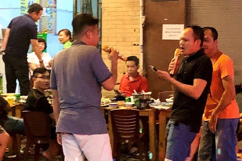 Nỗi ám ảnh khi hàng xóm hát karaoke ngày Tết