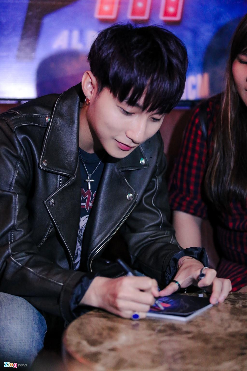 Su kien hot cua Son Tung: San khau bo khong, fan chay tan loan hinh anh 8