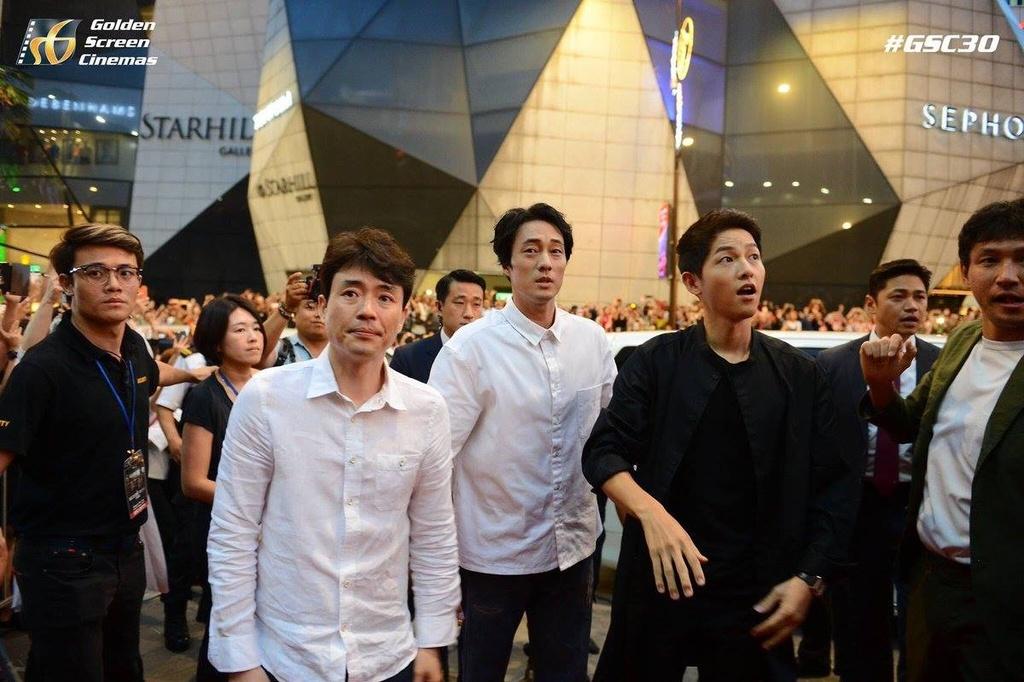Bien nguoi o Malaysia xep hang don doan xe cua Song Joong Ki hinh anh 8