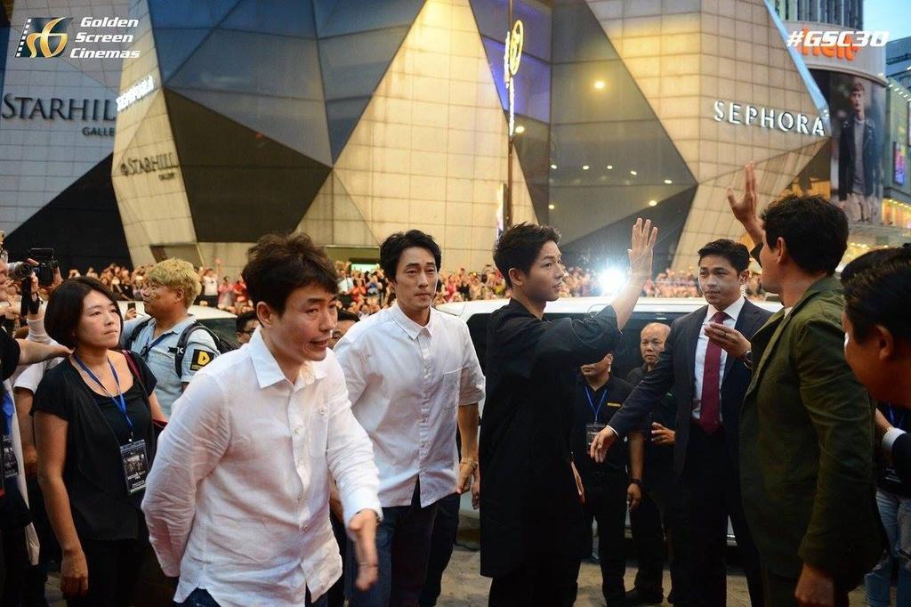 Bien nguoi o Malaysia xep hang don doan xe cua Song Joong Ki hinh anh 6