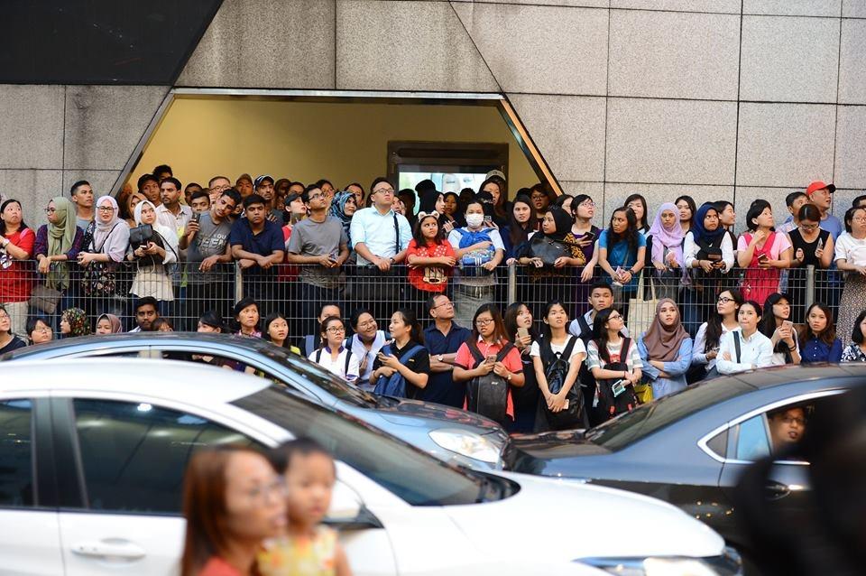 Bien nguoi o Malaysia xep hang don doan xe cua Song Joong Ki hinh anh 3