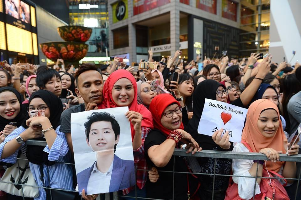 Bien nguoi o Malaysia xep hang don doan xe cua Song Joong Ki hinh anh 5
