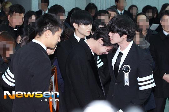 Le dua tang Jong Hyun (SHINee): Chi gai, sao Kpop khoc can nuoc mat hinh anh 9