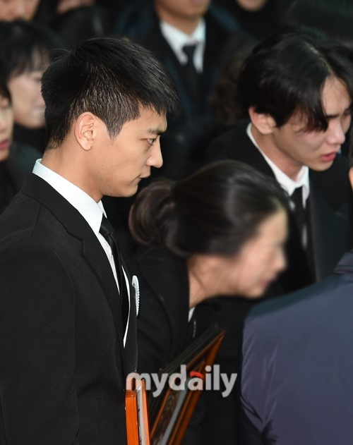 Le dua tang Jong Hyun (SHINee): Chi gai, sao Kpop khoc can nuoc mat hinh anh 10