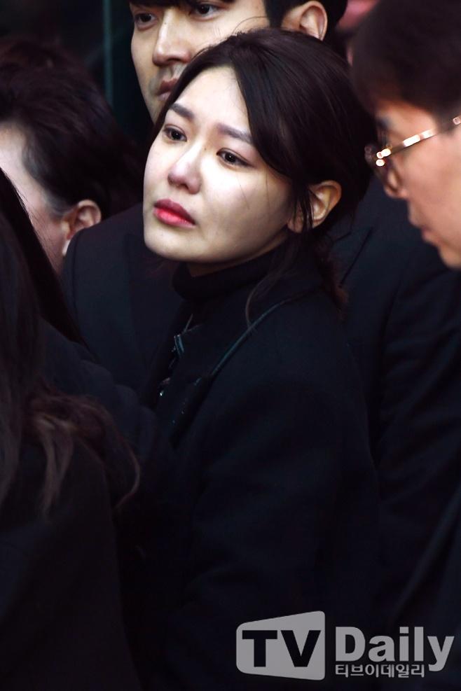 Le dua tang Jong Hyun (SHINee): Chi gai, sao Kpop khoc can nuoc mat hinh anh 7