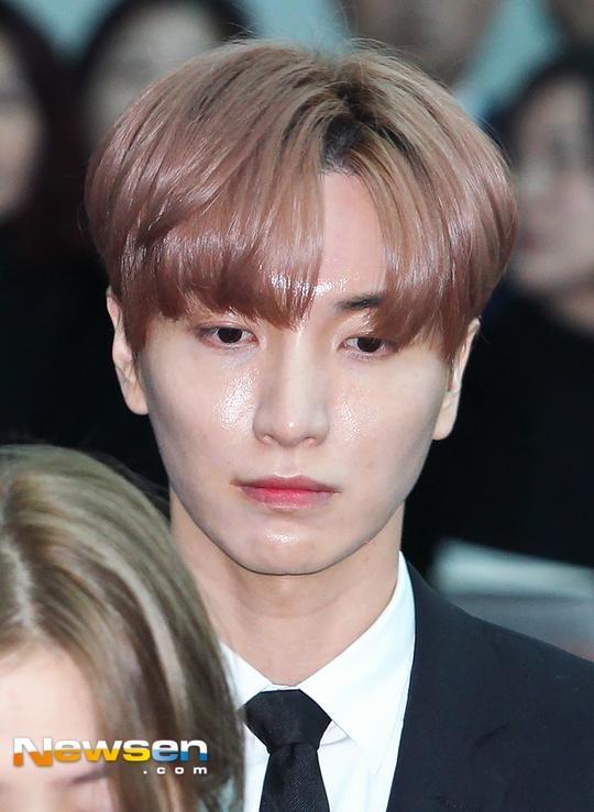 Le dua tang Jong Hyun (SHINee): Chi gai, sao Kpop khoc can nuoc mat hinh anh 14