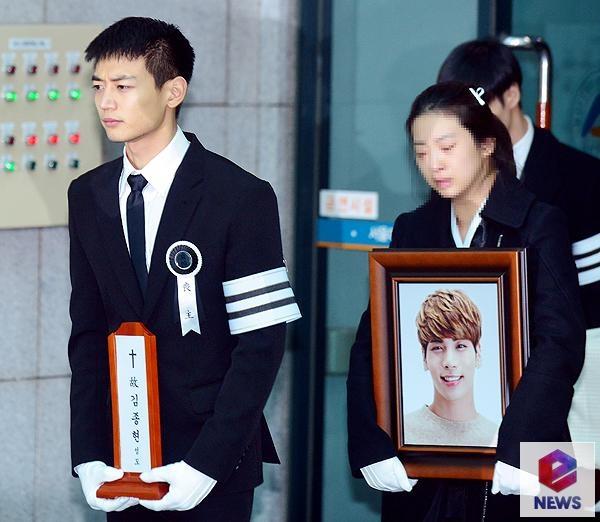 Le dua tang Jong Hyun (SHINee): Chi gai, sao Kpop khoc can nuoc mat hinh anh 3