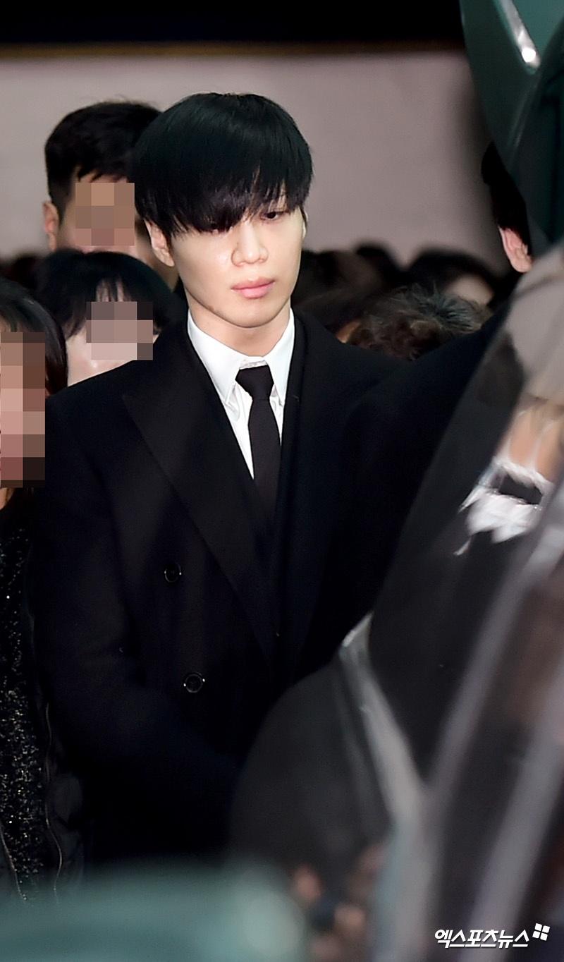 Le dua tang Jong Hyun (SHINee): Chi gai, sao Kpop khoc can nuoc mat hinh anh 16