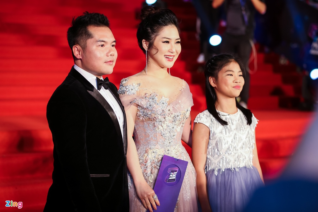 Huong Tram va Min noi bat tren tham do Zing Music Awards 2017 hinh anh 1