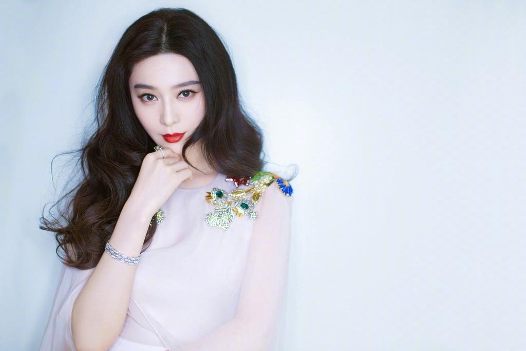 Pham Bang Bang: Tu 'hop dong ma' trieu USD den bi mat showbiz? hinh anh 1