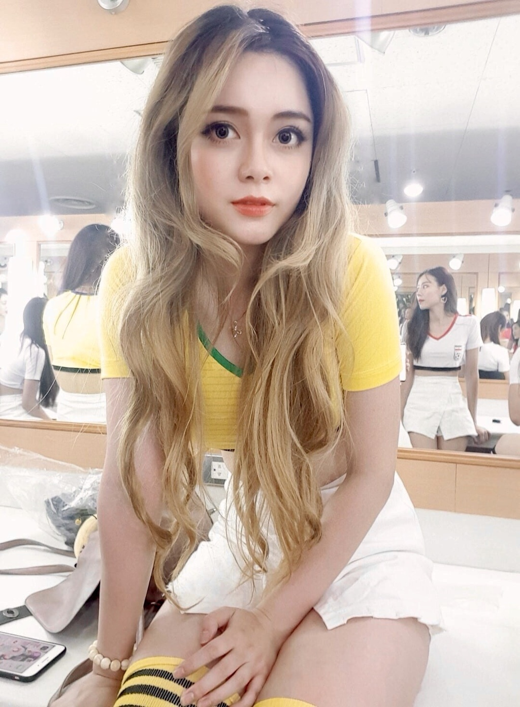 Hot girl binh luan World Cup 2018 gay tranh cai trai chieu hinh anh 2