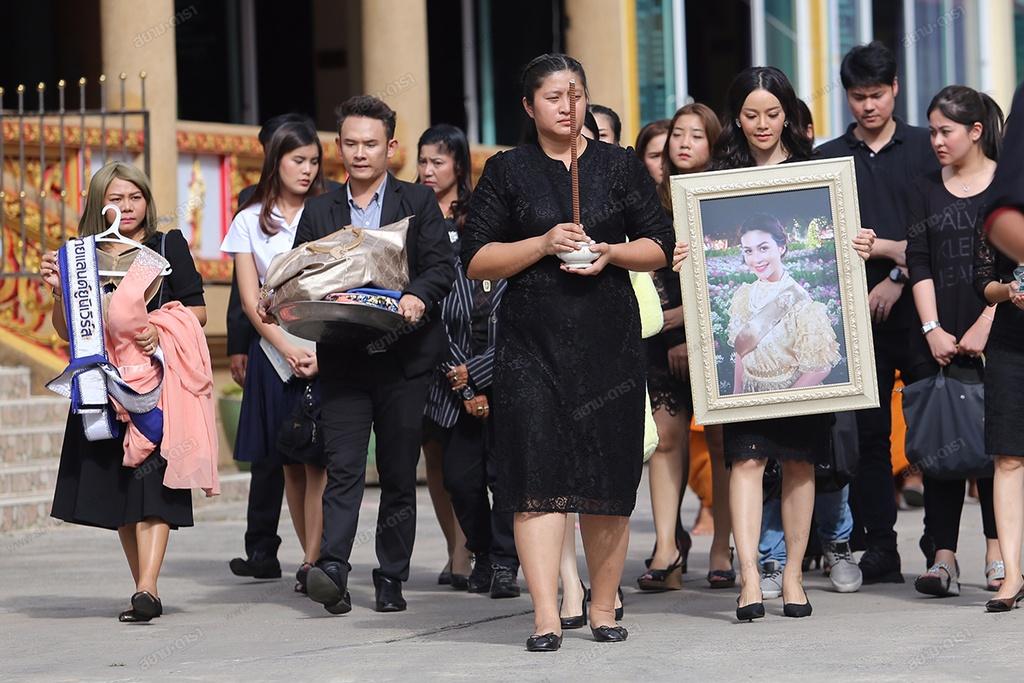 Gia dinh, ban be khoc ngat trong le hoa tang A hau Thai Lan hinh anh 2