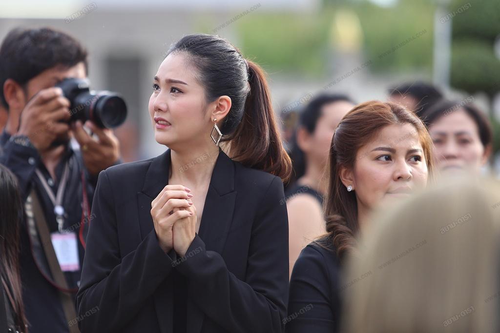 Gia dinh, ban be khoc ngat trong le hoa tang A hau Thai Lan hinh anh 8