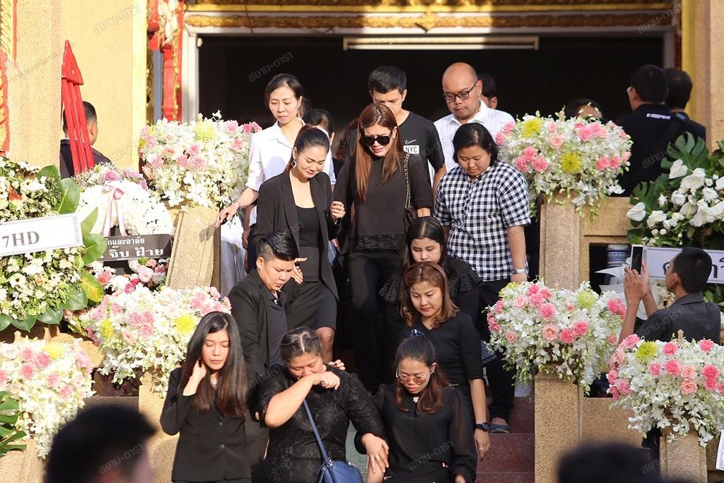 Gia dinh, ban be khoc ngat trong le hoa tang A hau Thai Lan hinh anh 9