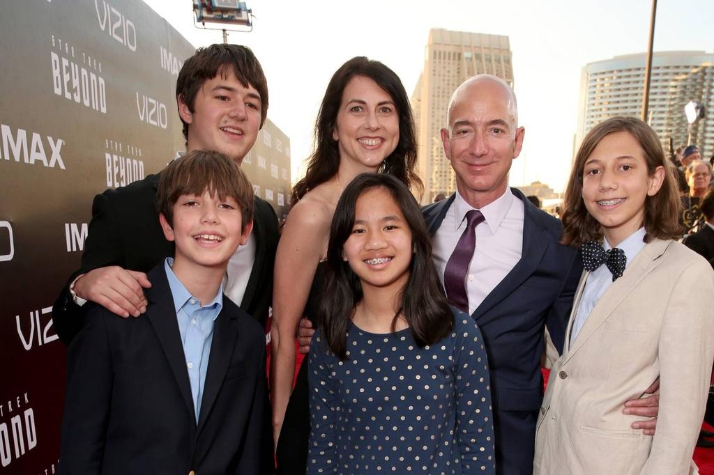 Vén màn 25 năm hôn nhân của tỷ phú giàu nhất thế giới Jeff Bezos - Ảnh 1