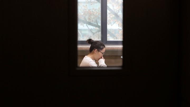 Trong bang cap, nguoi tre Han mac ket trong 'vong xoay' thi cu hinh anh 1