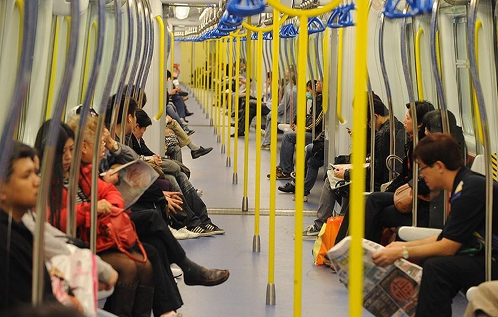 Hồng Kông sử dụng tàu hỏa nhằm phục vụ nhu cầu đi lại của người dân. 99% chuyến tàu chạy đúng lịch trình. Đây cũng là một trong những hệ thống đường sắt đô thị thu lợi nhuận lớn nhất thế giới nhờ giá vé đắt. Ảnh: Getty Images