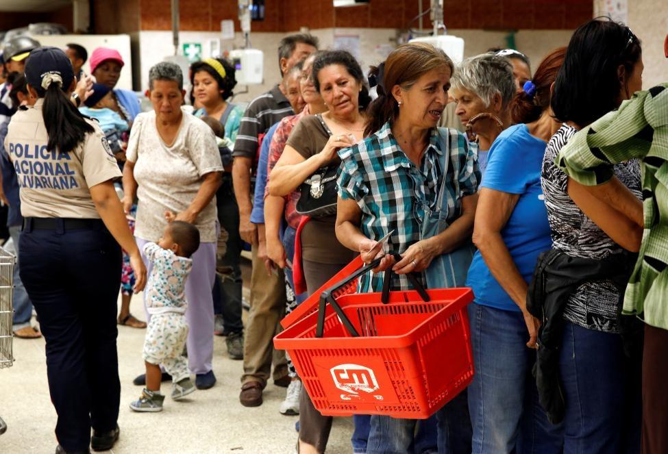 Venezuela: Sieu thi trong, giay ve sinh gia 30 USD mot cuon hinh anh 14