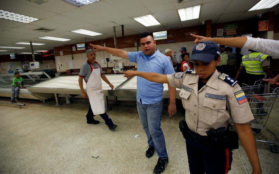Venezuela: Sieu thi trong, giay ve sinh gia 30 USD mot cuon hinh anh 4