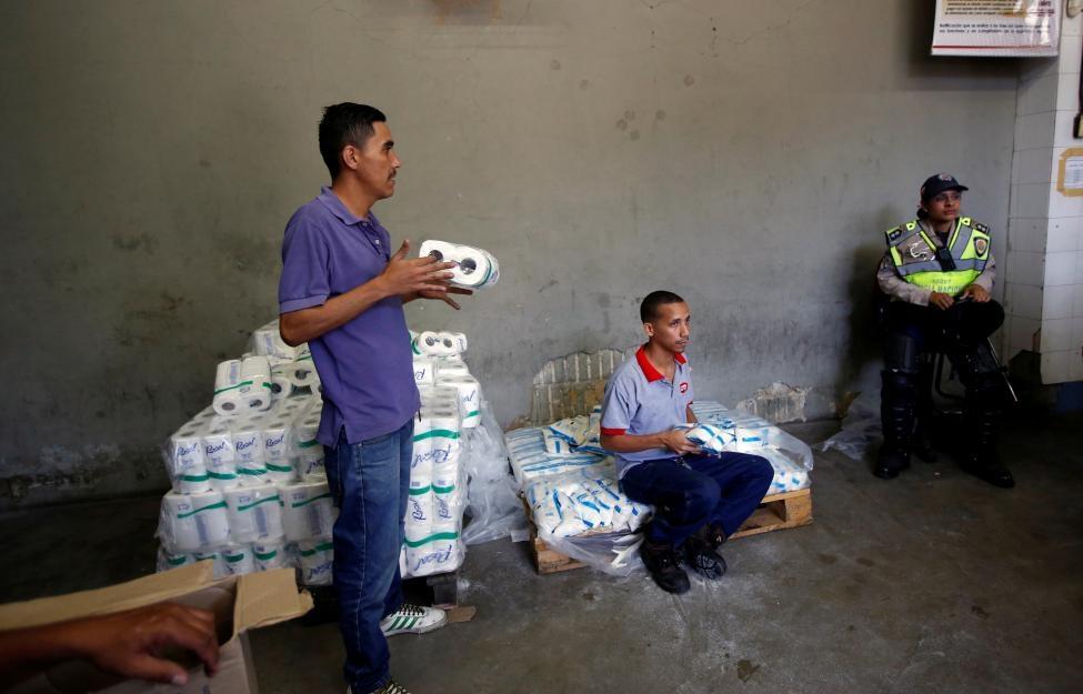 Venezuela: Sieu thi trong, giay ve sinh gia 30 USD mot cuon hinh anh 7