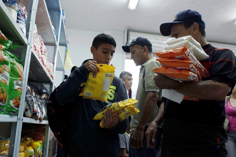 Dong nguoi Venezuela chen lan sang Colombia mua do hinh anh 4