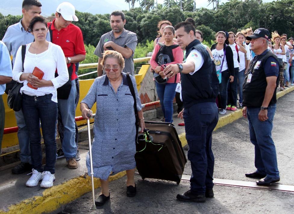 Dong nguoi Venezuela chen lan sang Colombia mua do hinh anh 8
