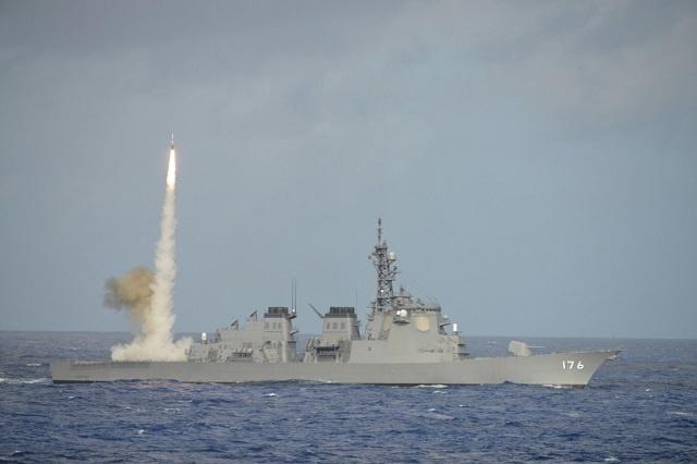 Tàu khu trục Aegis JS Chokai, lớp Kongo bắn tên lửa SM-2 trong một cuộc tập  trận. Ảnh: JMSDF.