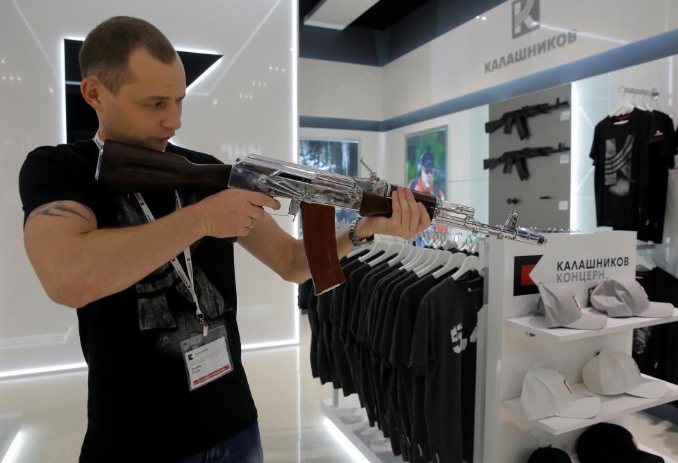 San bay Moscow mo cua hang ban AK-47 hinh anh 1