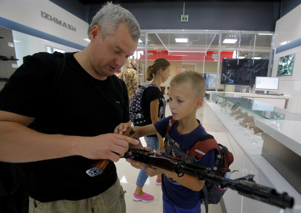 San bay Moscow mo cua hang ban AK-47 hinh anh 2