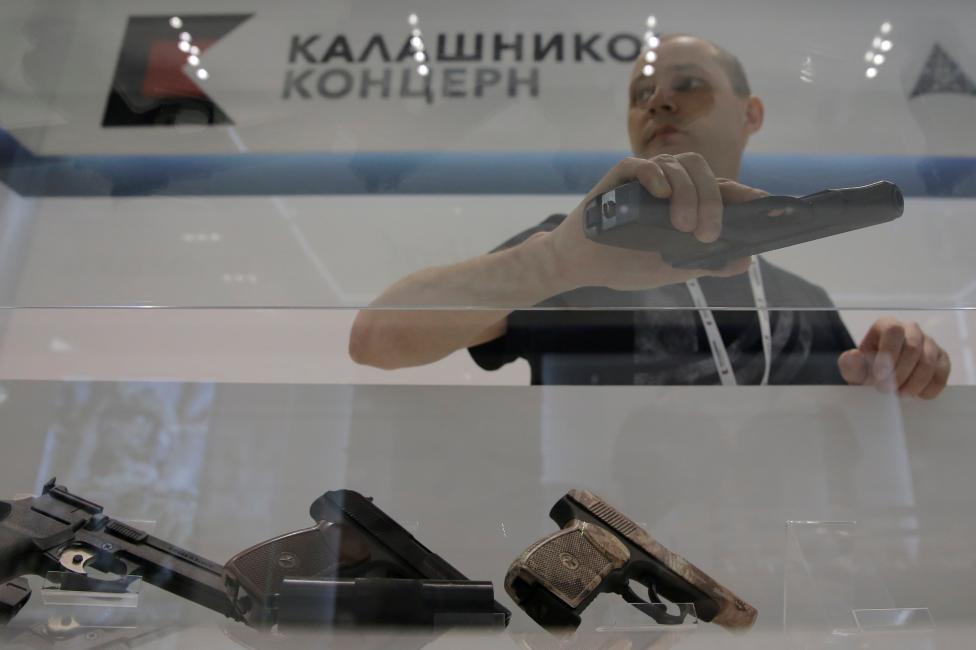 San bay Moscow mo cua hang ban AK-47 hinh anh 3