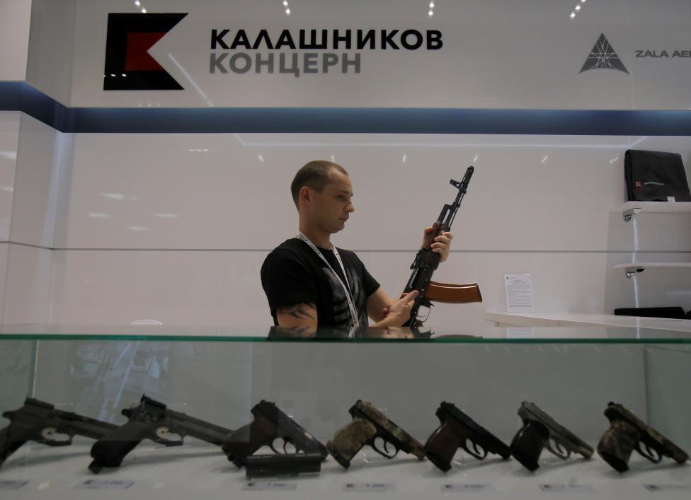San bay Moscow mo cua hang ban AK-47 hinh anh 4
