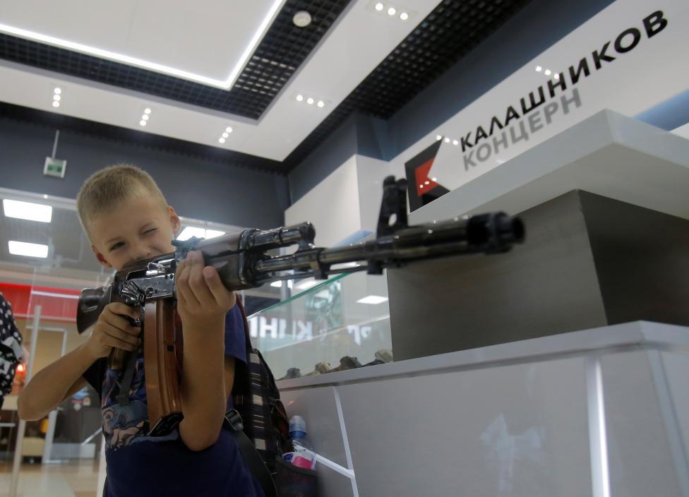 San bay Moscow mo cua hang ban AK-47 hinh anh 6