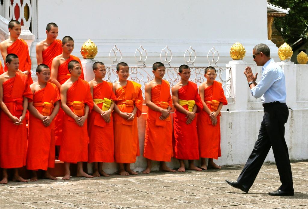 Tong thong Obama dao pho, uong nuoc dua o Lao hinh anh 1