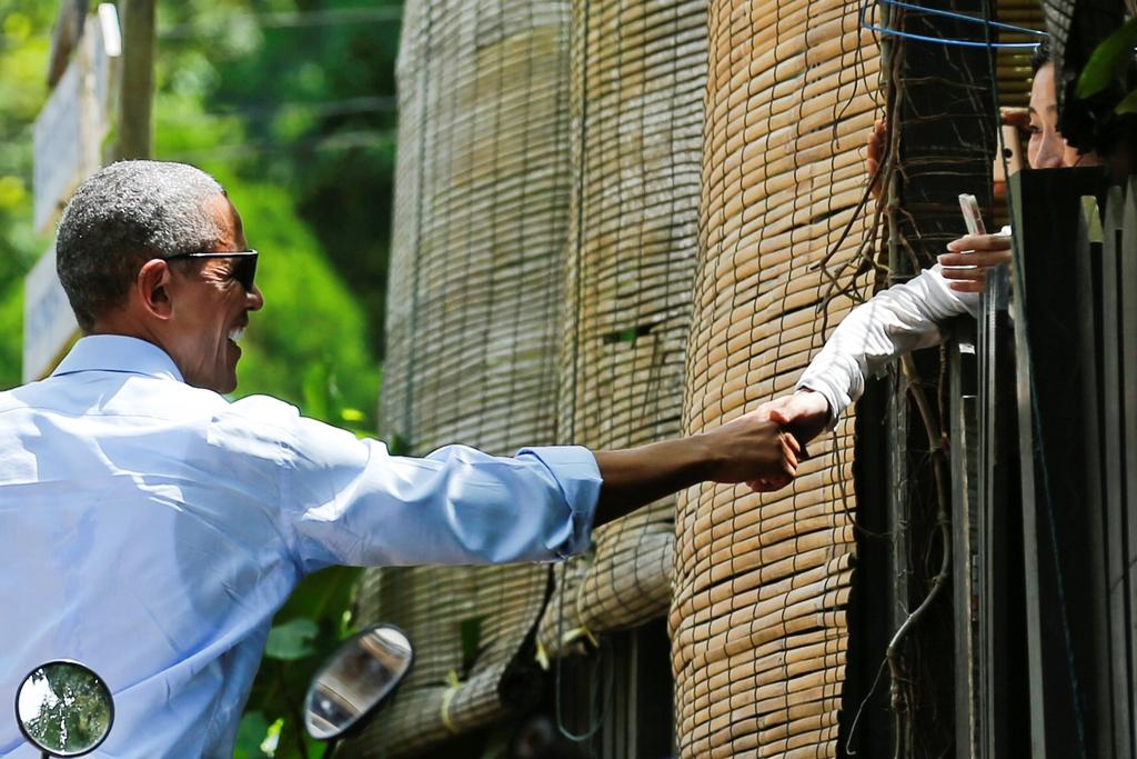 Tong thong Obama dao pho, uong nuoc dua o Lao hinh anh 9