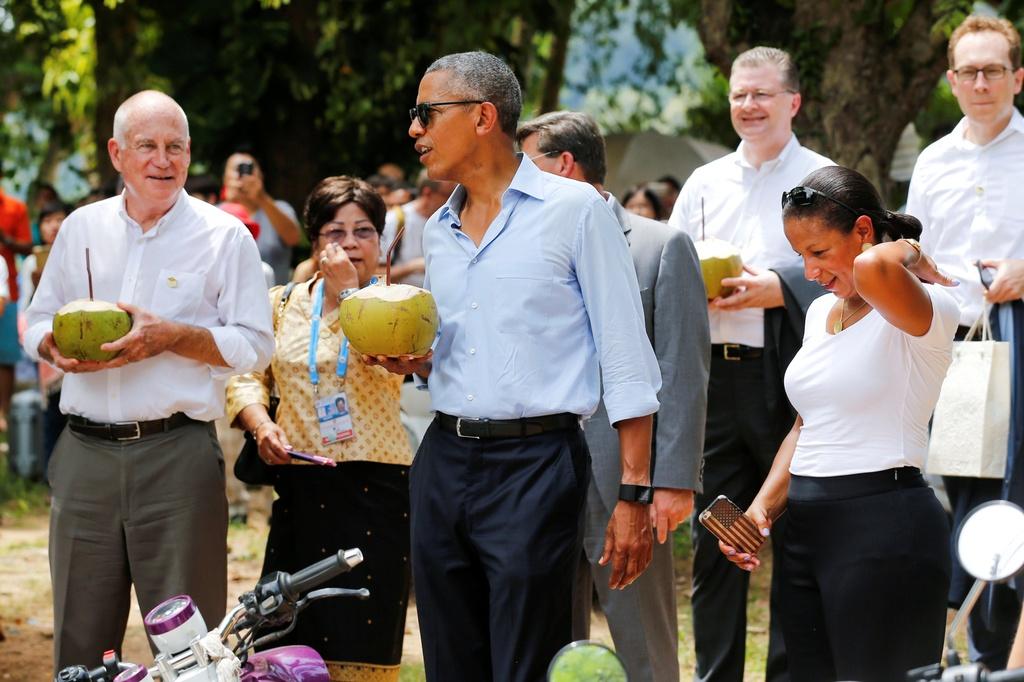 Tong thong Obama dao pho, uong nuoc dua o Lao hinh anh 11