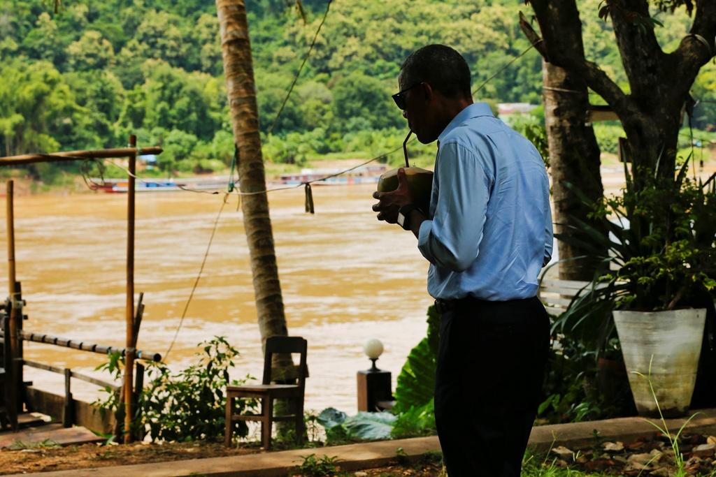 Tong thong Obama dao pho, uong nuoc dua o Lao hinh anh 12