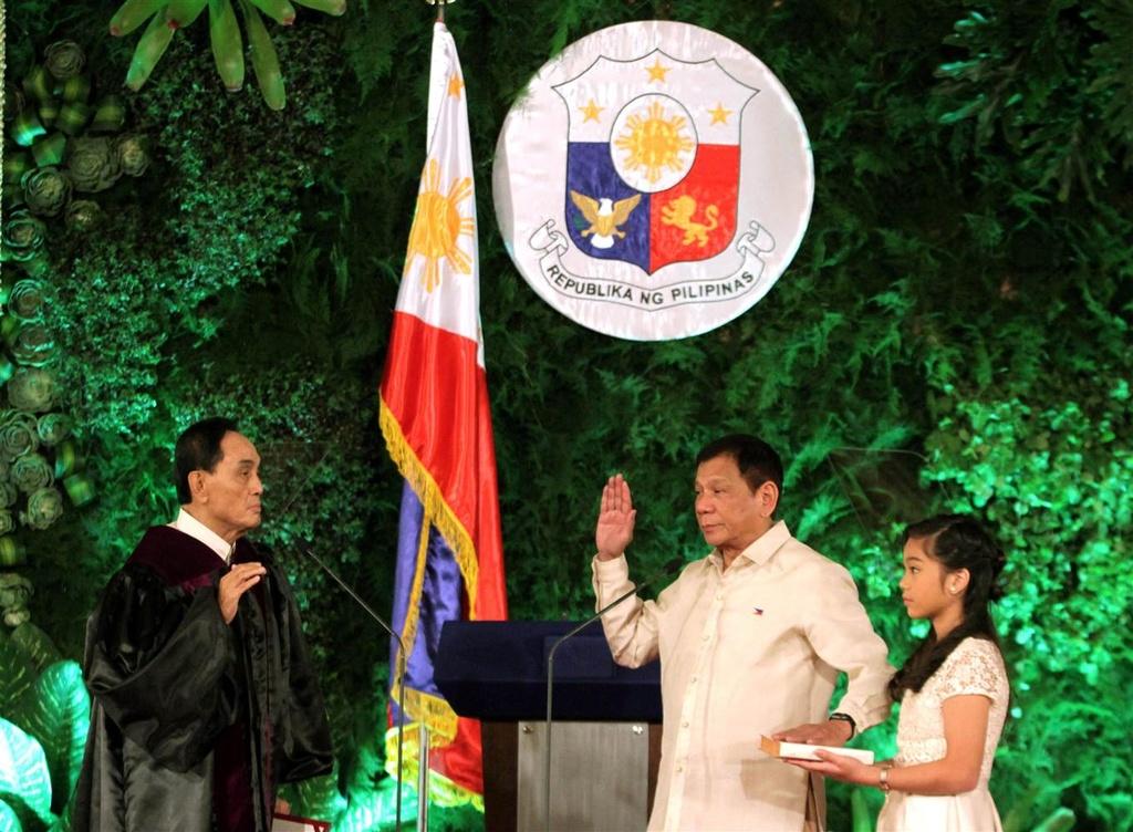 Tong thong Duterte khi con nho anh 11