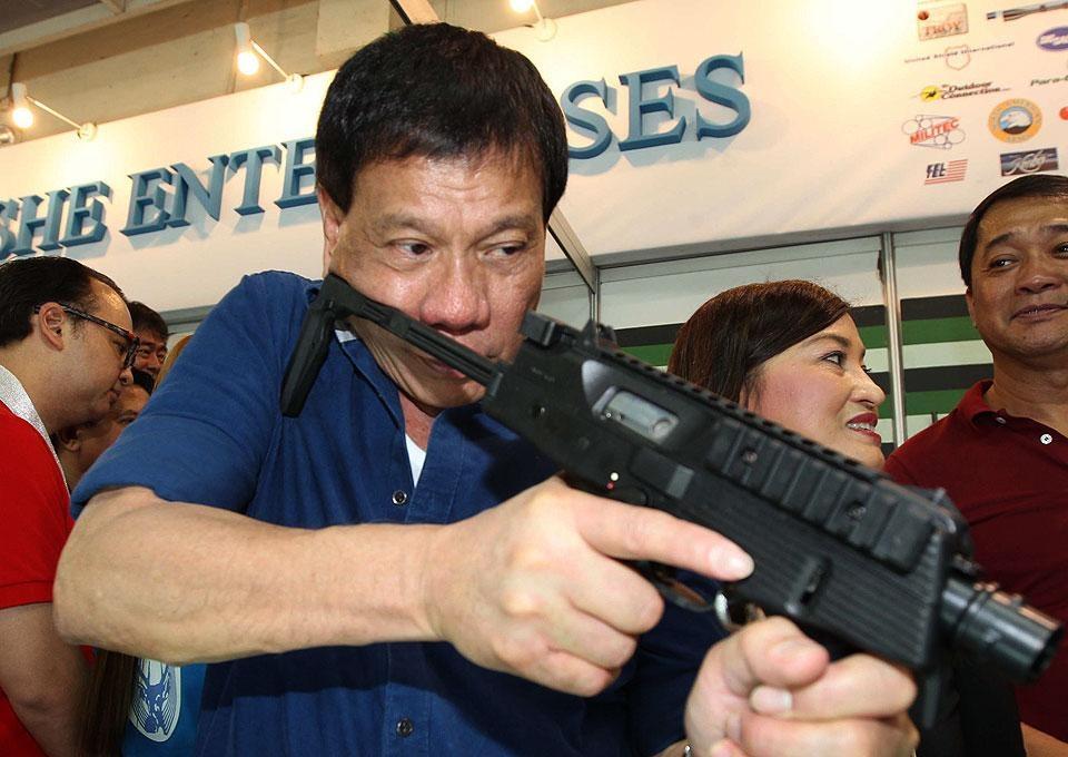 Tong thong Duterte khi con nho anh 12