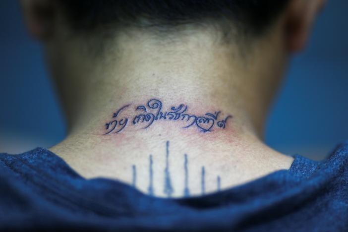 Nguoi Thai xam minh tuong nho Quoc vuong Bhumibol hinh anh 5