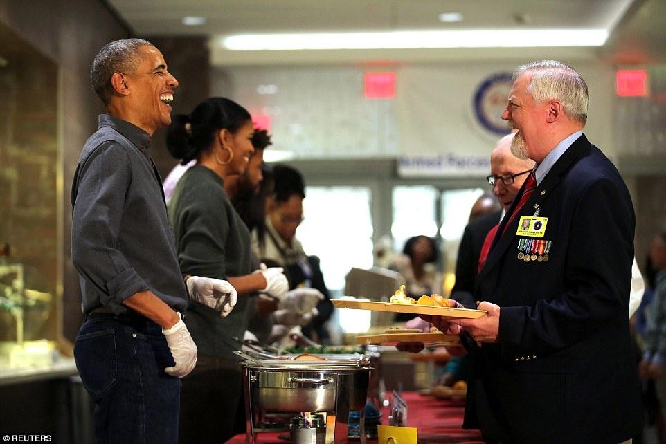 Gia dinh Obam phuc vu bua an cho cac cuu chien binh My anh 2