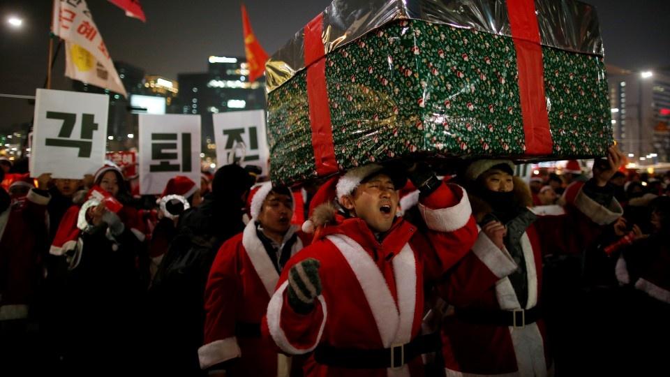 Nguoi Han mac do ong gia Noel bieu tinh phan doi tong thong hinh anh 8