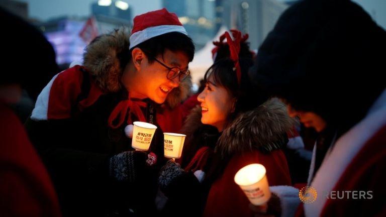 Nguoi Han mac do ong gia Noel bieu tinh phan doi tong thong hinh anh 2