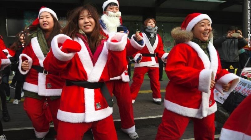 Nguoi Han mac do ong gia Noel bieu tinh phan doi tong thong hinh anh 5