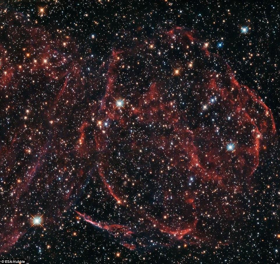 Thien ha bung no va ruc sang qua kinh vien vong Hubble hinh anh 3