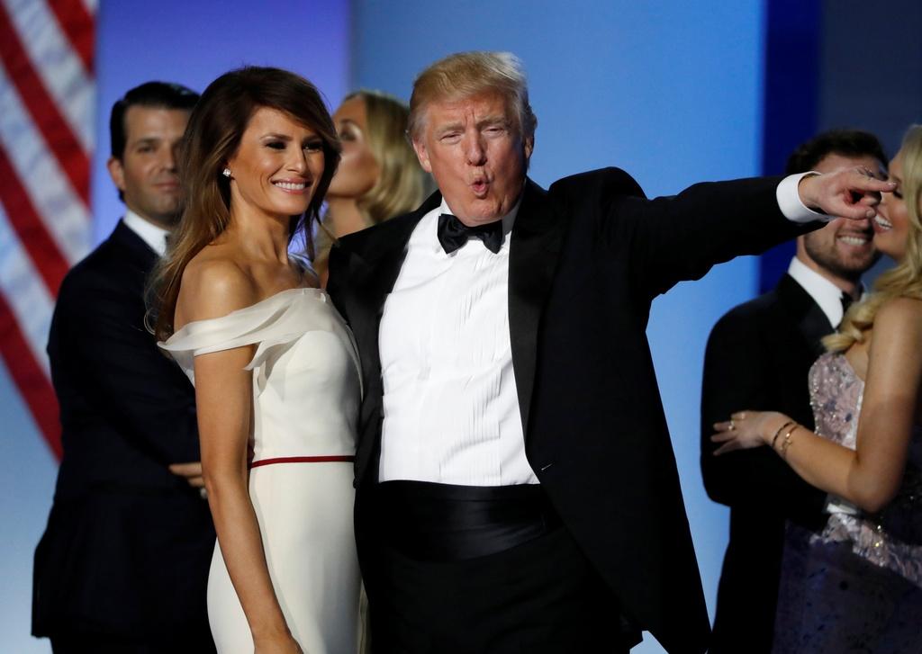 Vo chong Tong thong Trump tinh tu trong tiec khieu vu hinh anh 9