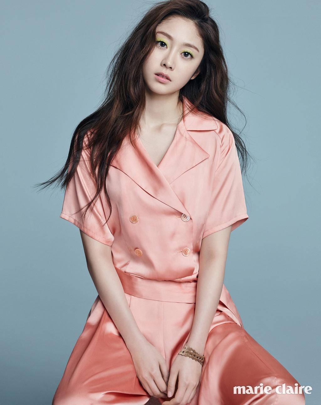 Seo Ji Soo bi chi trich vi dien bikini anh 4