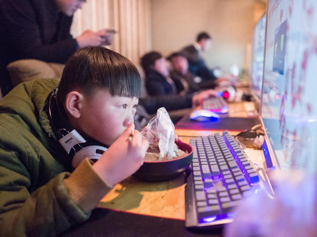 Sự cuốn hút của trò chơi điện tử khiến những đứa trẻ bị đắm chìm đến mức ăn ngủ cùng game. Ảnh: Getty.