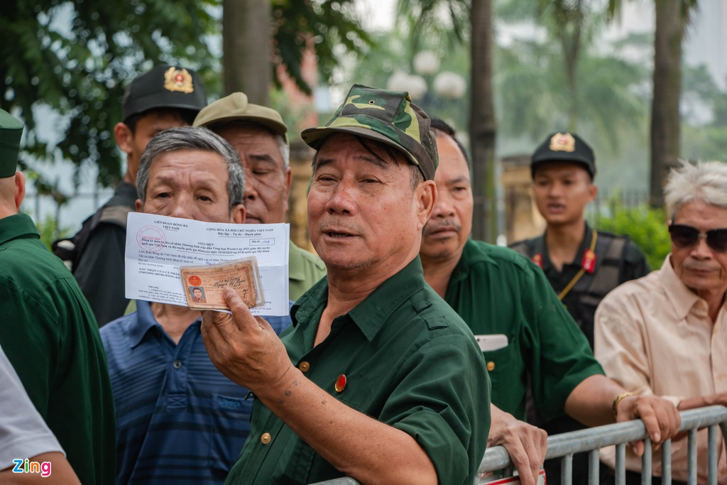 Dan phe cheo keo thuong binh ban lai ve tran Viet Nam vs Malaysia anh 1